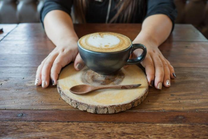 Káva s kofeinem v těhotenství neškodí, pokud žena vypije 1-2 šálky denně, a ne víc.