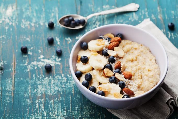 Snídaně by měla být bohatá na sacharidy i na bílkoviny.