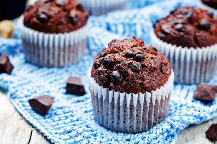 Oblíbené jsou čokoládové muffiny, nakombinuj v nich tři druhy čokolády.