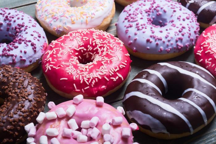 Donuty se vyrábějí z kynutého těsta a chutnají podobně jako české koblihy.