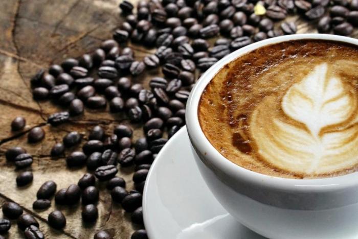 Kofein je nejrozšířenější droga na světě. Začni s ní až hodinu po probuzení!