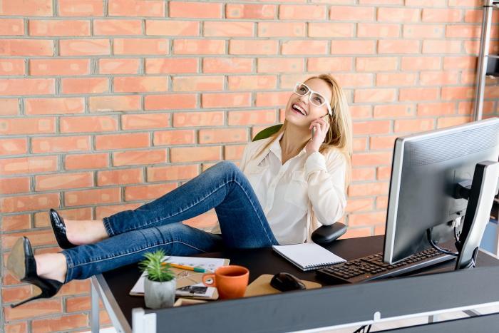 Během fáze mánie je člověk hovorný, veselý, sebevědomý a aktivní.
