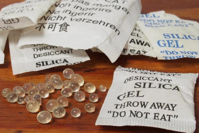 Silica gel zabrání třeba stříbrným šperkům černat.