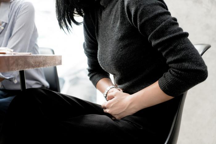 Bolest v podbřišku je typickým příznakem zánětu močových cest.
