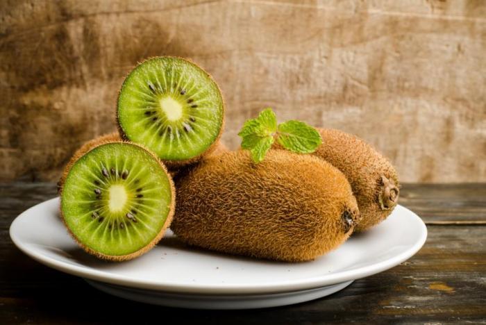 Kiwi obsahuje také vlákninu, která podporuje normální funkci metabolismu.