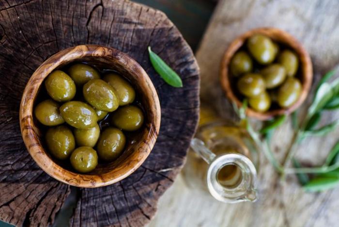 Zelené olivy obsahují víc sodíku a méně olejů.