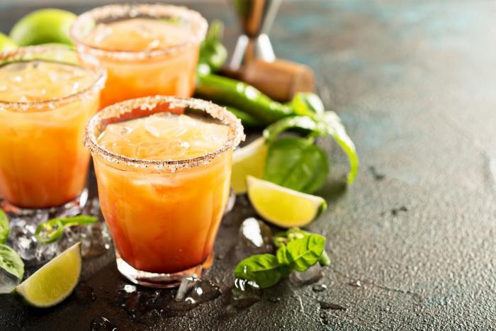Tequila se dá pít samotná nebo jako součást koktejlů.