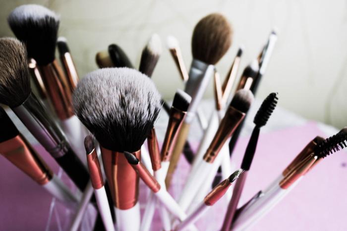 Skvělým řešením pro nanášení make-upu jsou speciální štětce.