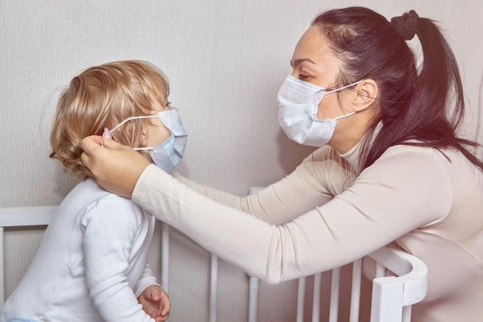 I děti můžou nosit roušku, zvlášť jestli jsou nemocné.