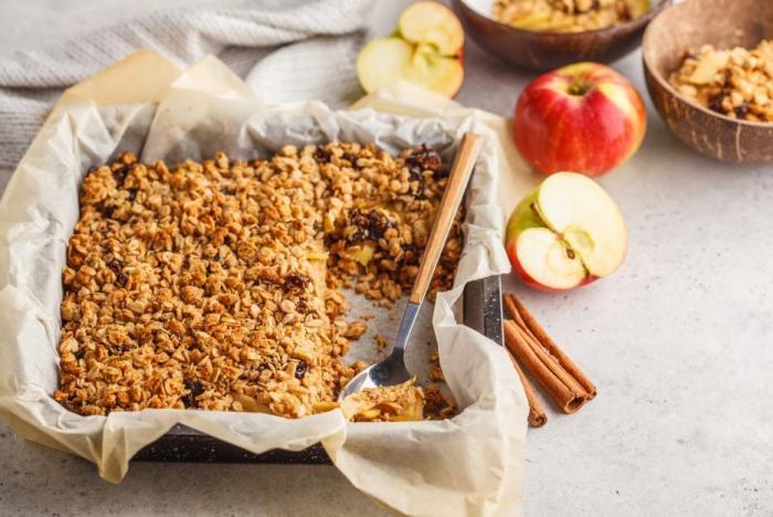 Jablečný crumble je takový koláč bez těsta.