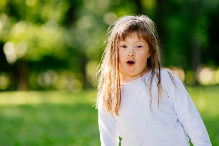 Downův syndrom může obnášet tělesné příznaky i mentální retardaci.