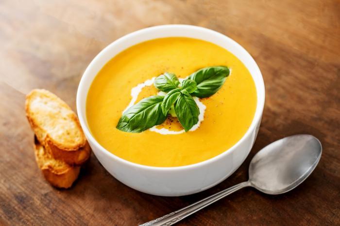 Dýňová polévka je vynikající se smetanou, s krutony nebo opraženými semínky.