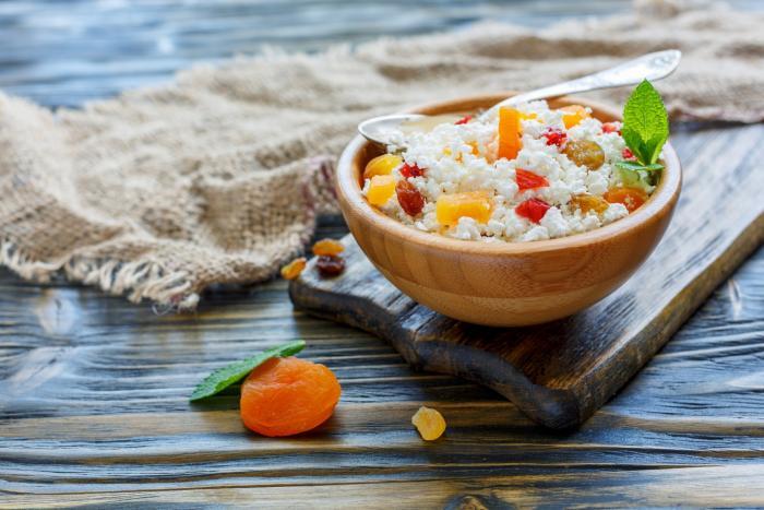 Cottage sýr obsahuje hodně bílkovin, a ačkoli nemá vysokou energetickou hodnotu, perfektně zasytí.
