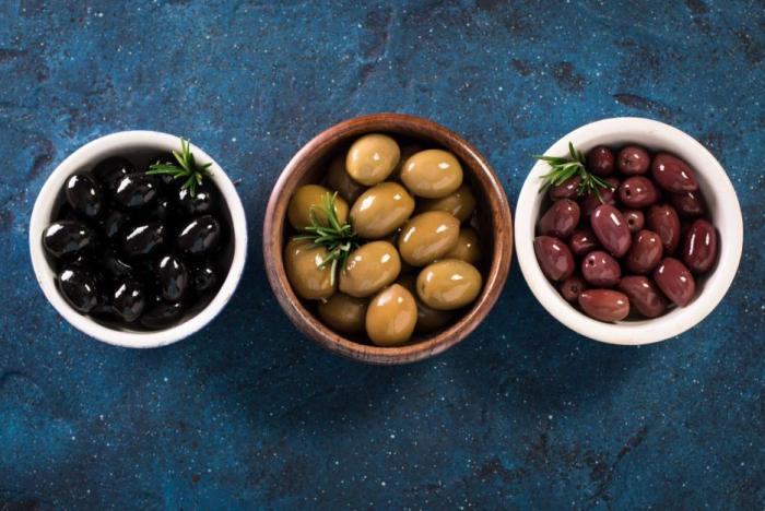 Olivy nezrají jen na slunci, jejich barva závisí i na postupu při louhování.