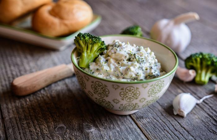 Zdravá a chutná svačinka? Přesně to může být kousek dobrého pečiva s brokolicovou pomazánkou.