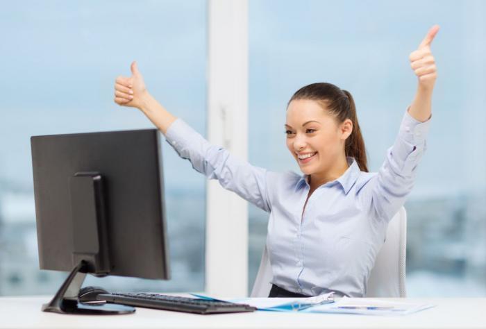 dívka, která se raduje před obrazovkou počítače