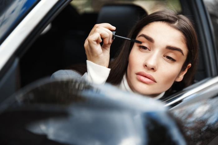 Jíst, telefonovat, malovat se. Za volantem ne!