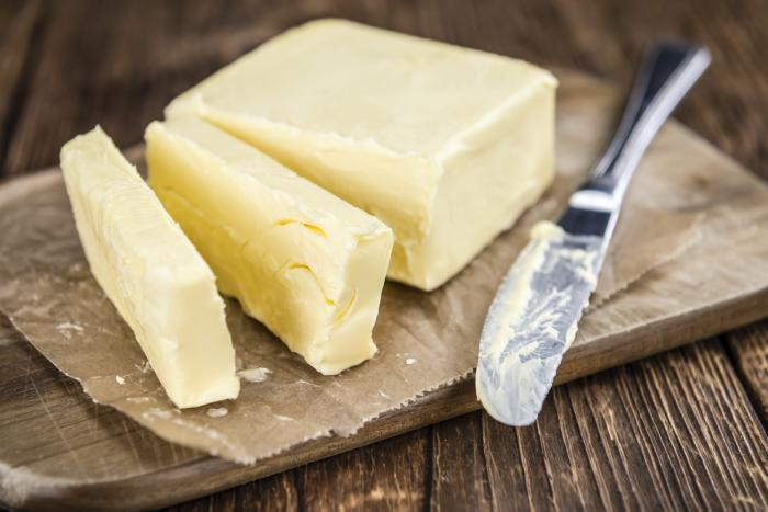 Lidé si dříve máslo vyráběli sami a my se k tomu zřejmě brzy vrátíme.