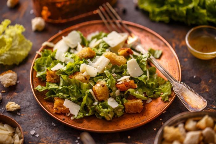 Příprava salátu Caesar je jednoduchá, jen musíš použít správné suroviny, a ne náhražky.