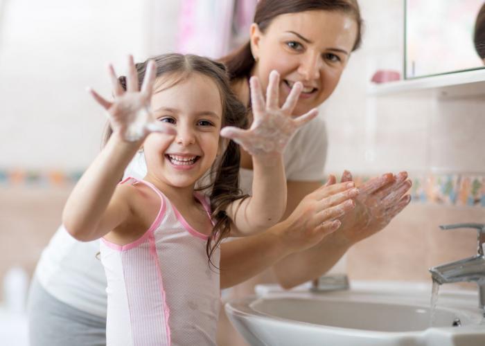 Mytí rukou má svůj správný postup.
