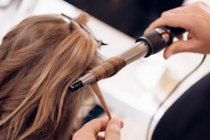Žehlení vlasů je pro vlasy samotné náročné, tak je něčím taky potěš.
