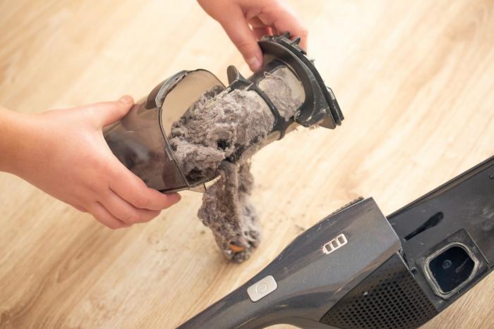 Robotický vysavač může oddálit velký úklid i o týdny.