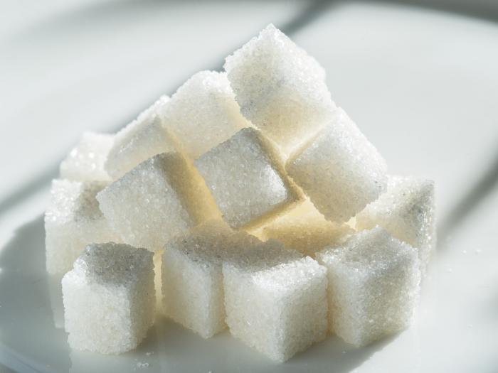 Jedním ze způsobů, jak se zbavit škytavky, je sníst kostku cukru.
