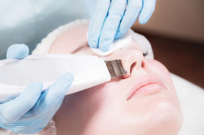 Ultrazvuková špachtle odstraní odumřelé buňky, nečistoty a maz.