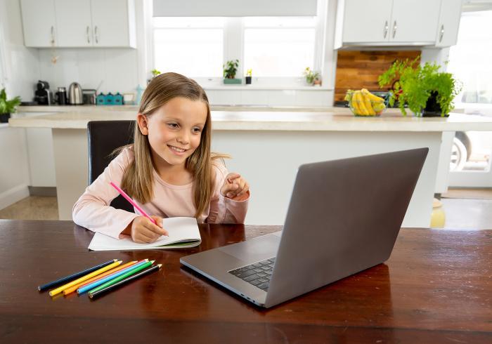 Školy se snaží místo rodičů a dětem aspoň posílají úkoly.
