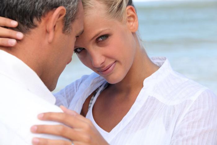 Imponují ti starší muži? Pak si upřímně odpověz na otázku, zda jsi měla pohodový vztah se svým otcem.