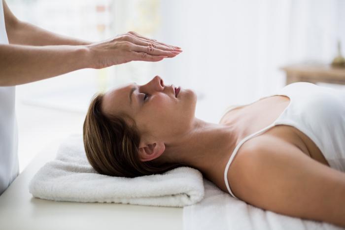 Jednou z možností, jak si ulevit od migrény, je Reiki