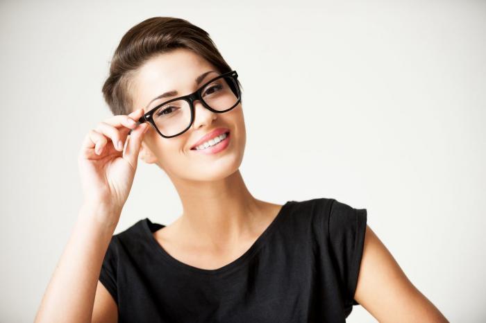 slečna ve výrazných brýlích