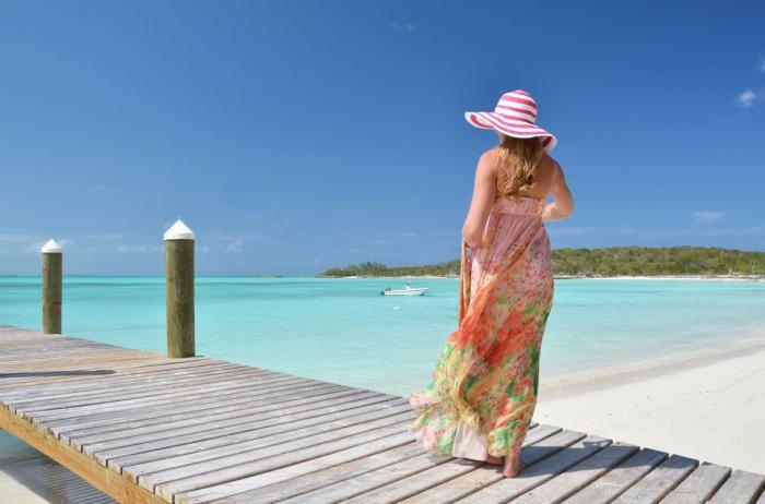 dívka stojící na břehu moře