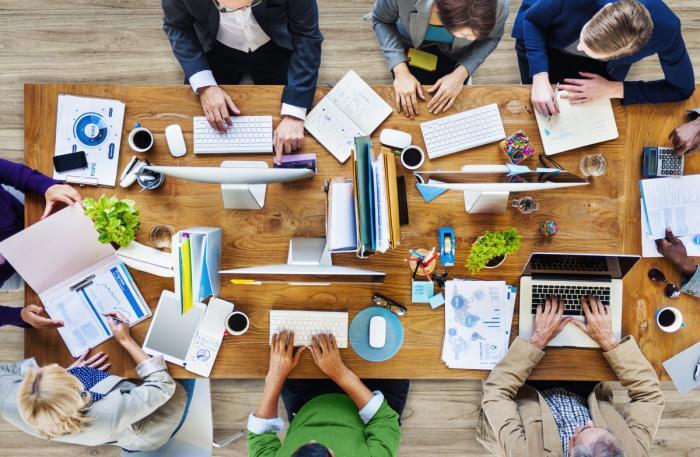 Miluješ společné brainstromingy a ranní drbání s kolegyňkama? Vykašli se na home office!