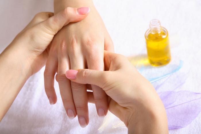 Trápí tě suché a šupinaté ruce? Vyzkoušej tyhle triky.
