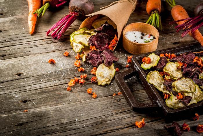 Domácí chipsy ze zeleniny jsou skvělé i při hubnutí.