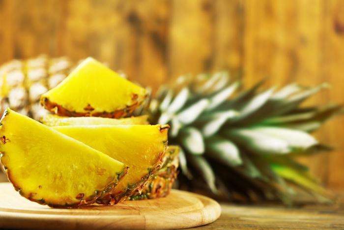 Ananas je zářným zástupcem žlutých plodů.