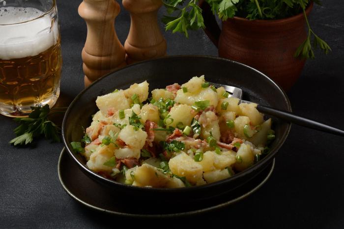 Připrav si vídeňský bramborový salát, na který už nedáš dopustit!