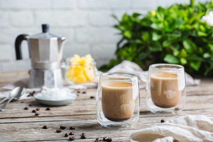 Bulletproof coffee neboli neprůstřelná káva je kvalitní káva, máslo nebo ghee a MCT olej.