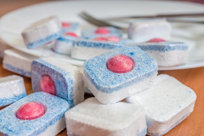 Tablety do myčky poslouží třeba i při čištění připálených hrnců.