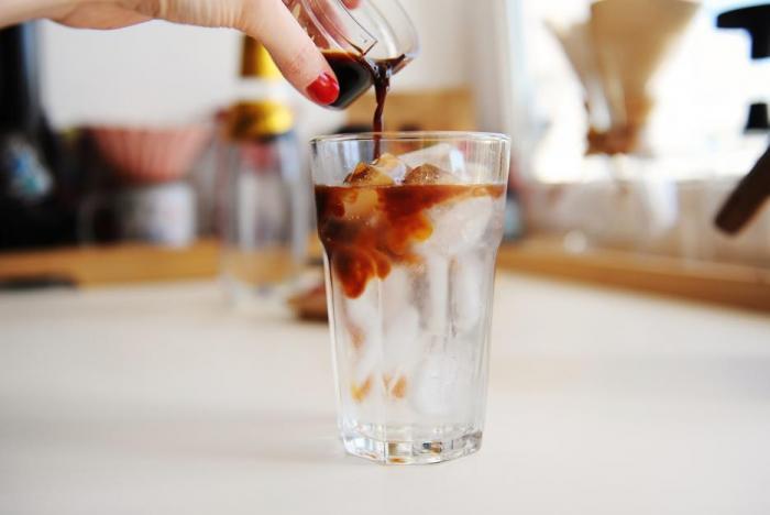 Espresso tonic vznikl ve Švédsku, odkud se šířil dál do Evropy.