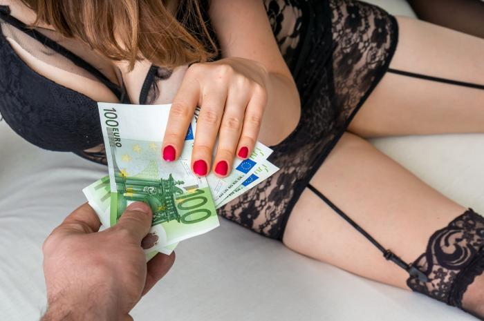 K prostitutkám utíkají pánové nejrůznějšího věku a postavení.