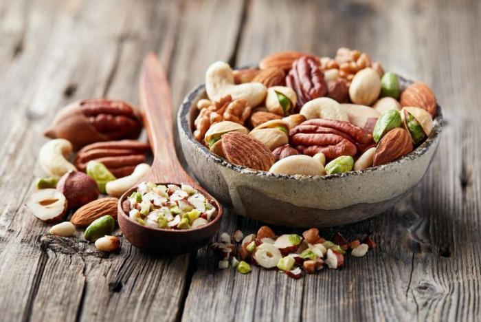 Doporučovanou potravinou při nedostatku hořčíku jsou ořechy.