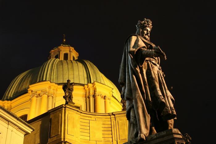 Karel IV. má v Česku spoustu soch.
