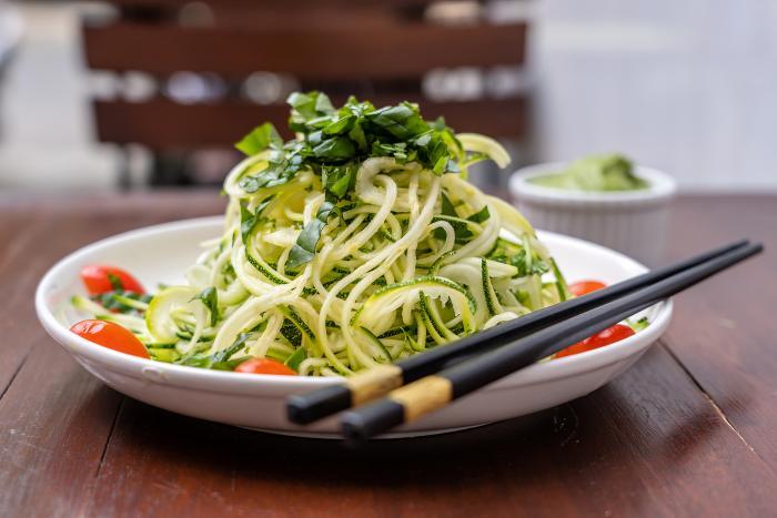Asijský okurkový salát bys měla vyzkoušet. Mile tě překvapí!