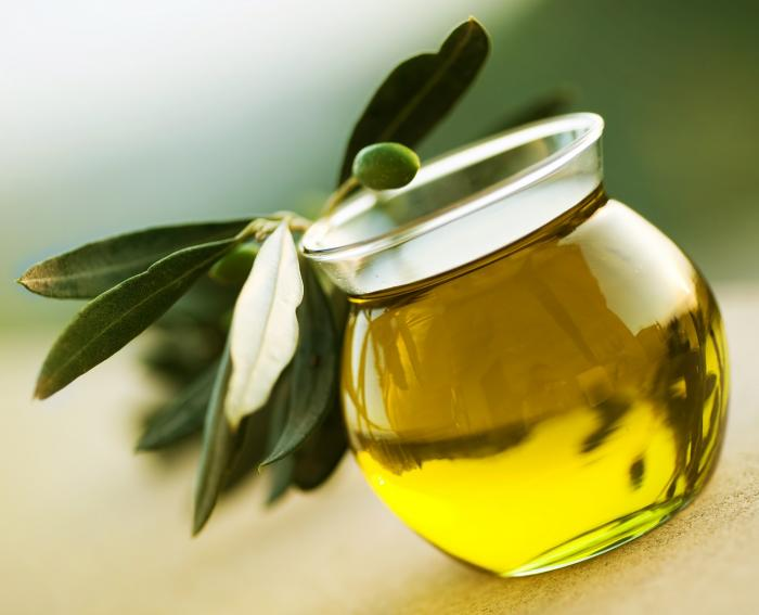 Olivový olej pomáhá v boji proti plísním na nohou.