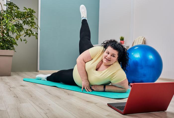 Cvičení doma může být efektivní, jen se nesmíš šetřit.