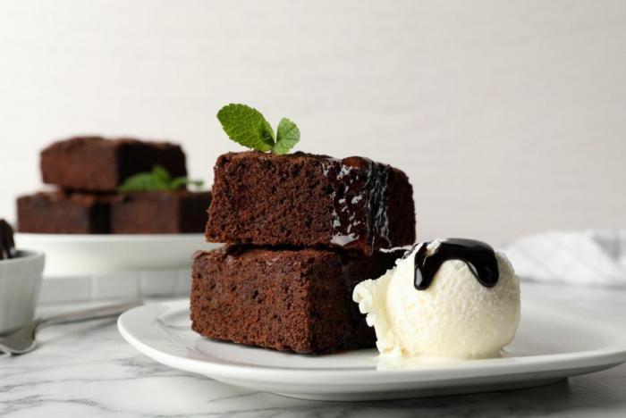 Brownies můžeš zatepla podávat se zmrzlinou.