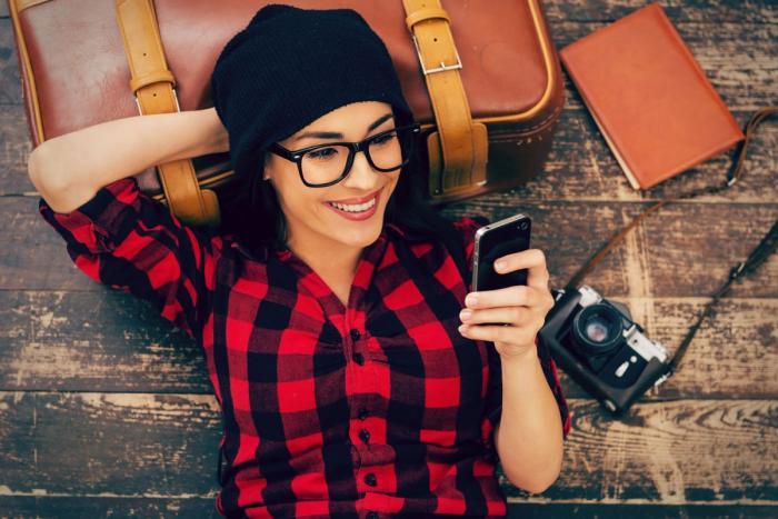 dívka s výraznými brýlemi