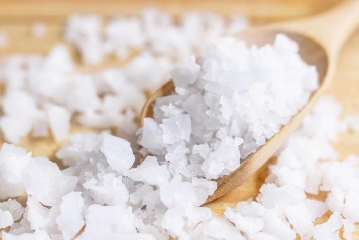 Sůl ztrácíme při průjmech, zvracení a při pocení. Během toho bychom ji měli doplňovat například z iontových nápojů.